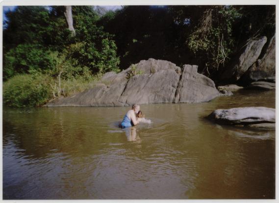 Mary's Taufe am 18. Oktober 2008 in der Kimbulwana Oya. Zu: Die Wahrheit über die Wahrheit, Band 2, Block 'F'.